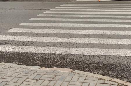 paso peatonal: paso de peatones en la calle vacía Foto de archivo