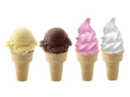 Cioccolato, vaniglia e gelato alla fragola nel cono su sfondo bianco