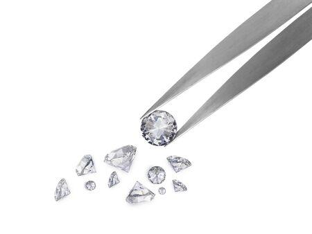 Von einer Pinzette gehaltener Diamant im Brillantschliff