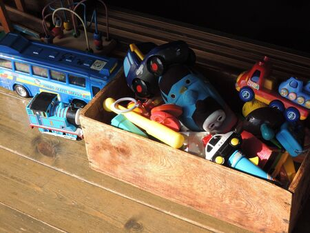 juguetes antiguos: juguetes antiguos en caja de madera