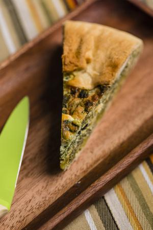 cebollines: Acaba de hornear una tarta paqualina, excelente opción para una comida sana y completa.