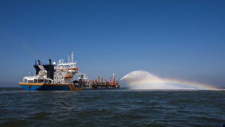 trailing: A trailing suction hopperdredger rainbowing
