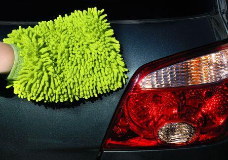 microfibra: mujer en la mano de microfibra washmitt detener el lavado de luz de un autom�vil SUV