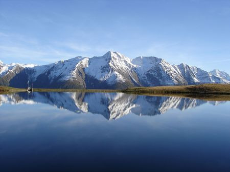 swiss alps: Odbicie w wodzie spokojnej i pięknej Bettmersee Jezioro, Aletsch regionie Valais, Szwajcaria. Zdjęcie Seryjne