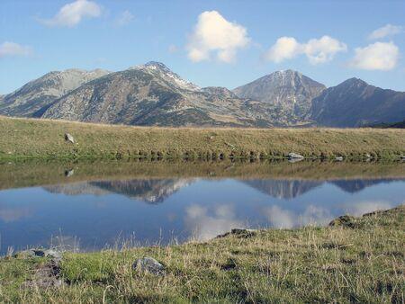 Mountain Range, weerspiegeld in het water Stockfoto