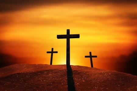 Três cruzes em uma colina com Clipping Path Foto de archivo