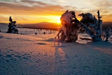 laponie: Coucher de soleil dans les montagnes en hiver. Finlande, Laponie Banque d'images