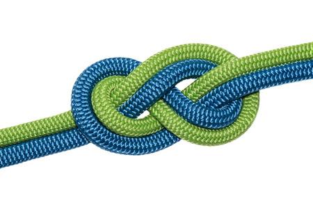 Knoten acht von zwei Seilen in Blau und Grün. Isoliert auf weißem Hintergrund.