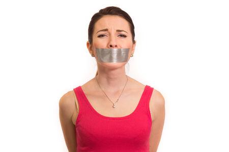 cintas: aislado dolor emocional mujer de rojo con cinta adhesiva en la boca experimentar