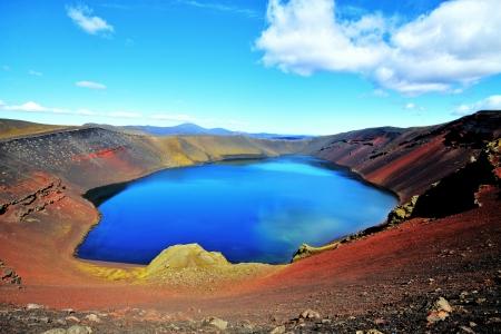 crater highlands: Ljotipollur lago de monta�a, Islandia Foto de archivo