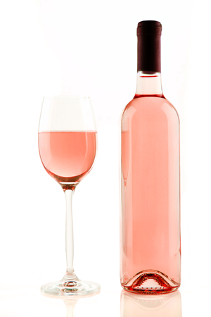 beautiful rose: Botella y vaso de vino rosado aislado