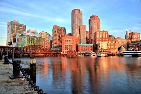 ボストン金融街と日の出でボストン港のスカイライン