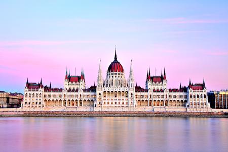 Parlamento de Budapest en la puesta del sol, Hungría Foto de archivo - 50901911