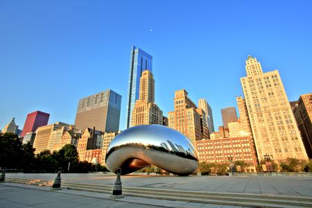 Cloud Gate - The Bean in Millennium Park bei Sonnenaufgang, Chicago Editorial