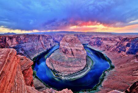 夕日と曇りの天気、ユタ州のコロラド川のホースシュー ・ ベンド