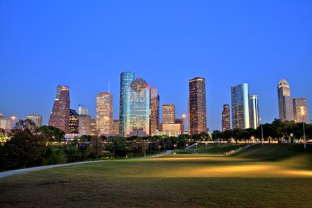 青の時間で照らされたヒューストンのダウンタウンのスカイライン 写真素材