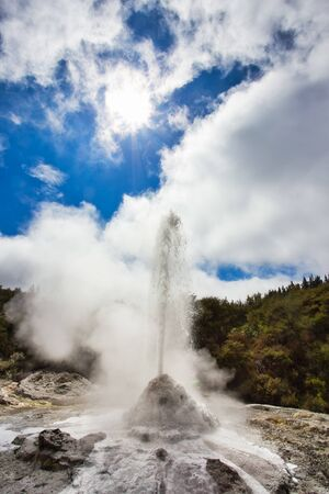 Lady Knox geyser while erupting in Wai-O-Tapu Geothermal Area, New Zealand Foto de archivo - 130739672