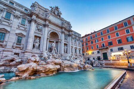 Oświetlona Fontanna di Trevi o zmierzchu, Rzym, Włochy Zdjęcie Seryjne