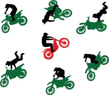adrenaline: Silhouetten van stuntmen op motor fietsen in de vlucht.