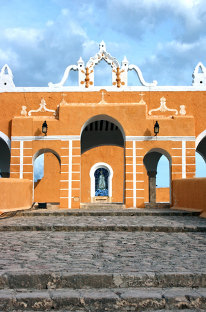 An image of the facade of the San Antonio de Padua Convent, in Izamal, Yucatan Mexico. This convent possesses the largest atrium in Latin America and is built on the ancient Mayan temple called Pap-Hol-Chac, completed in 1562 under the direction of the fa Stock Photo