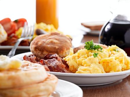 enorme desayuno con huevos revueltos