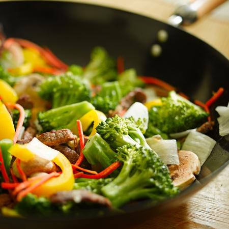 chinesisch essen: Wok unter Rühren braten, Nahaufnahme