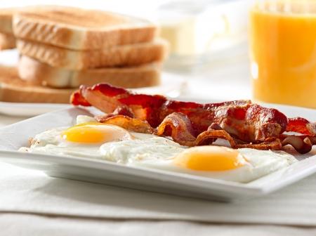 ベーコン、卵、トーストの朝食