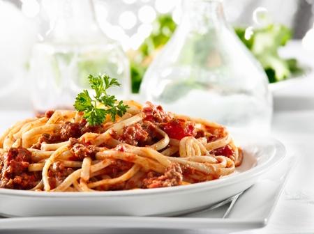 comida italiana: los espaguetis de pasta con salsa de tomate de carne