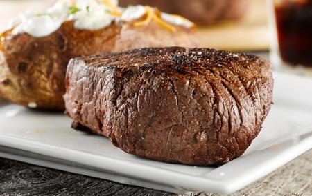 Gegrilltes Steak Abendessen. Standard-Bild - 12925159