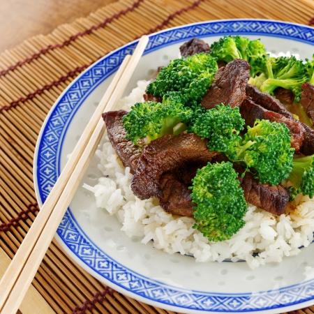 arroz chino: carne de res y el br�coli chino sobre el arroz