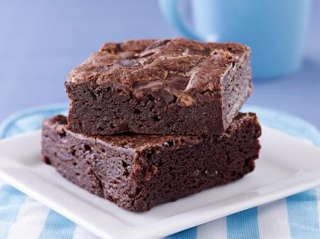 brownie: dos bizcochos de chocolate apiladas en un plato