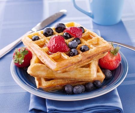 Gaufres aux bleuets avec des fraises Banque d'images - 12925062