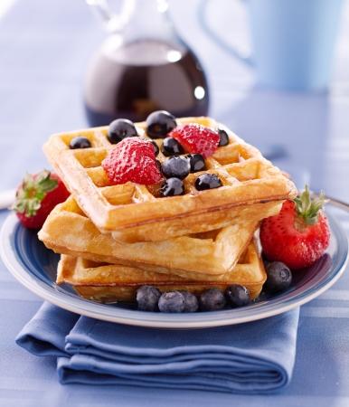 wafles: gofres de arándanos con fresas