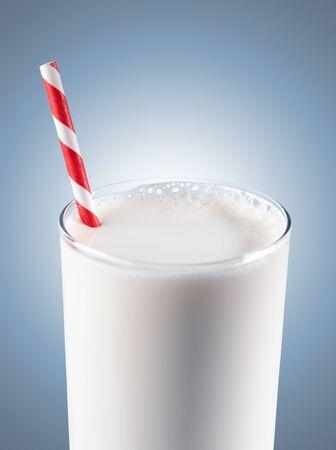 vaso de leche: Vaso de leche con paja de color rojo con rayas