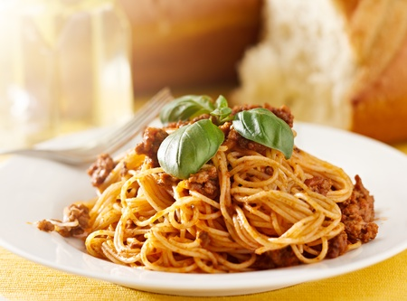 spaghetti with basil garnish in meat sauce Banque d'images