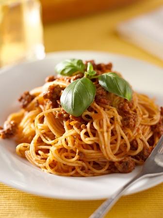 spaghetti saus: spaghetti met basilicum garnituur in vleessaus Stockfoto
