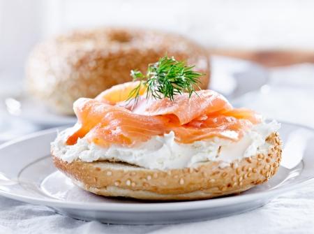 salmon ahumado: bagels y salmón ahumado y hojitas de eneldo