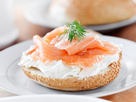 bagels y salmón ahumado y hojitas de eneldo closeup
