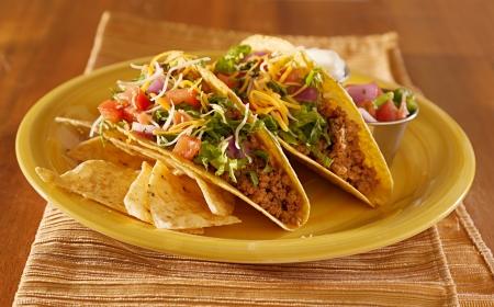 mexican food: Tacos en una bandeja con tortillas - comida mexicana