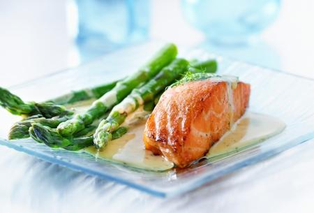 Filet de saumon aux asperges et sauce jaune