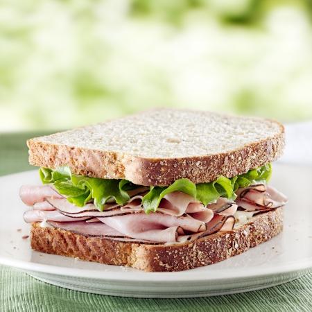レタスおよびマヨネーズとハムのサンドイッチ