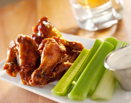 bbq Buffalo Wings mit Sellerie und Ranch.
