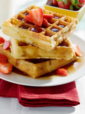 breakfast - waffles with syrup and strawberries 版權商用圖片