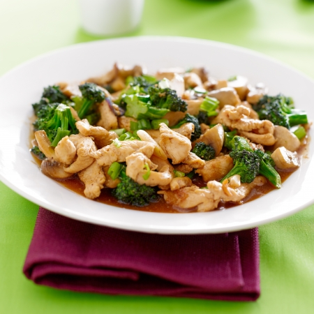 chinese food - chicken and broccoli stir fry Imagens