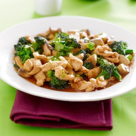 brocoli: comida china - pollo y brócoli salteado Foto de archivo