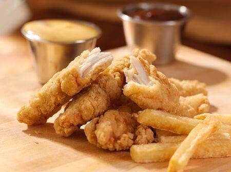 pollo frito: tiras de pollo frito con papas fritas franc�s y salsa.