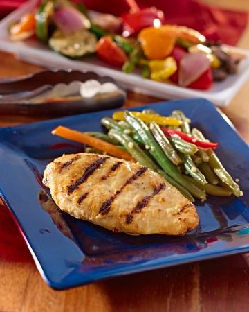 comidas saludables: pollo a la parrilla comida de verano. Foto de archivo
