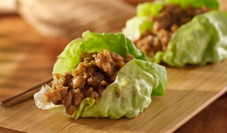 lechuga: Envoltura de lechuga asiática con pollo picada y los condimentos