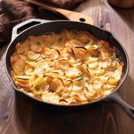 festonati: tortino di patate in ferro rustico padella Archivio Fotografico