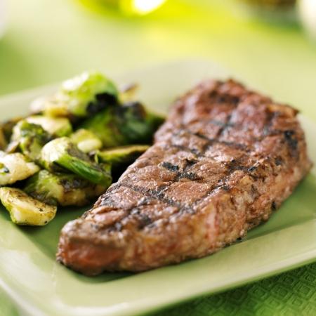 vlees: gegrilde biefstuk met spruitjes